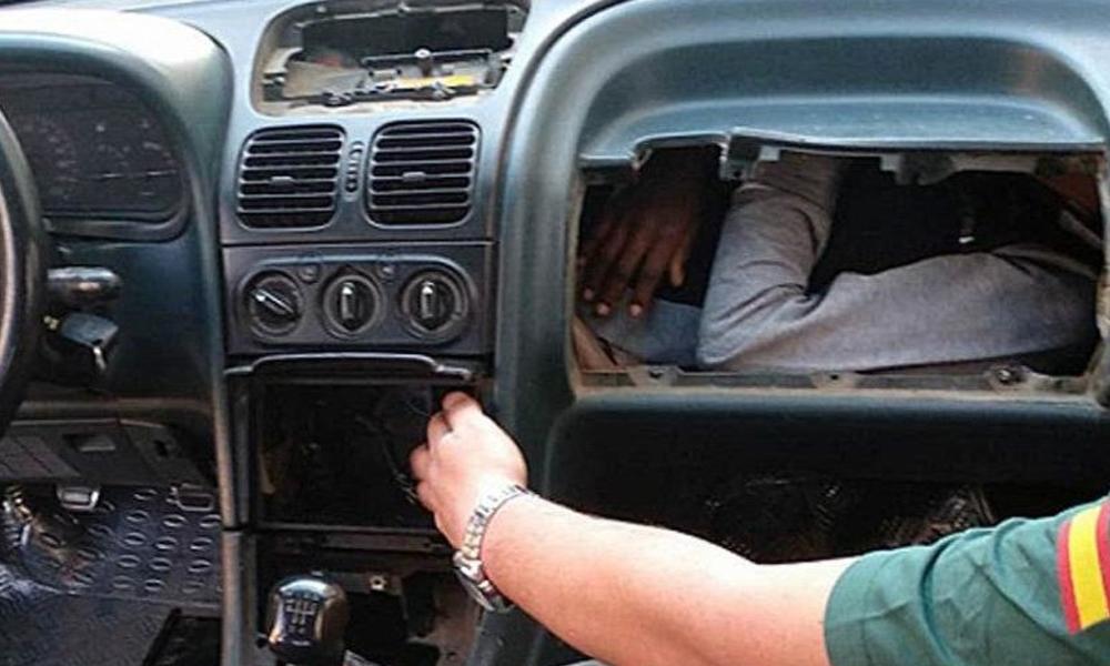 Pes dedirten olay! Otomobilin torpido gözünden kaçak göçmen çıktı