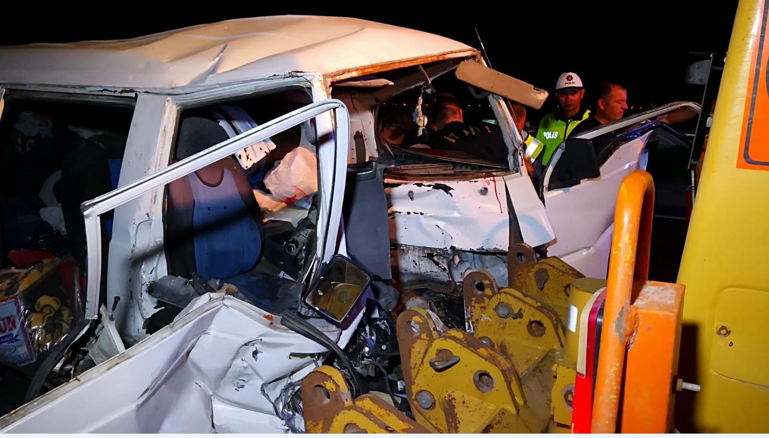 Minibüs ile iş makinesinin çarpıştığı kazada 1 kişi öldü