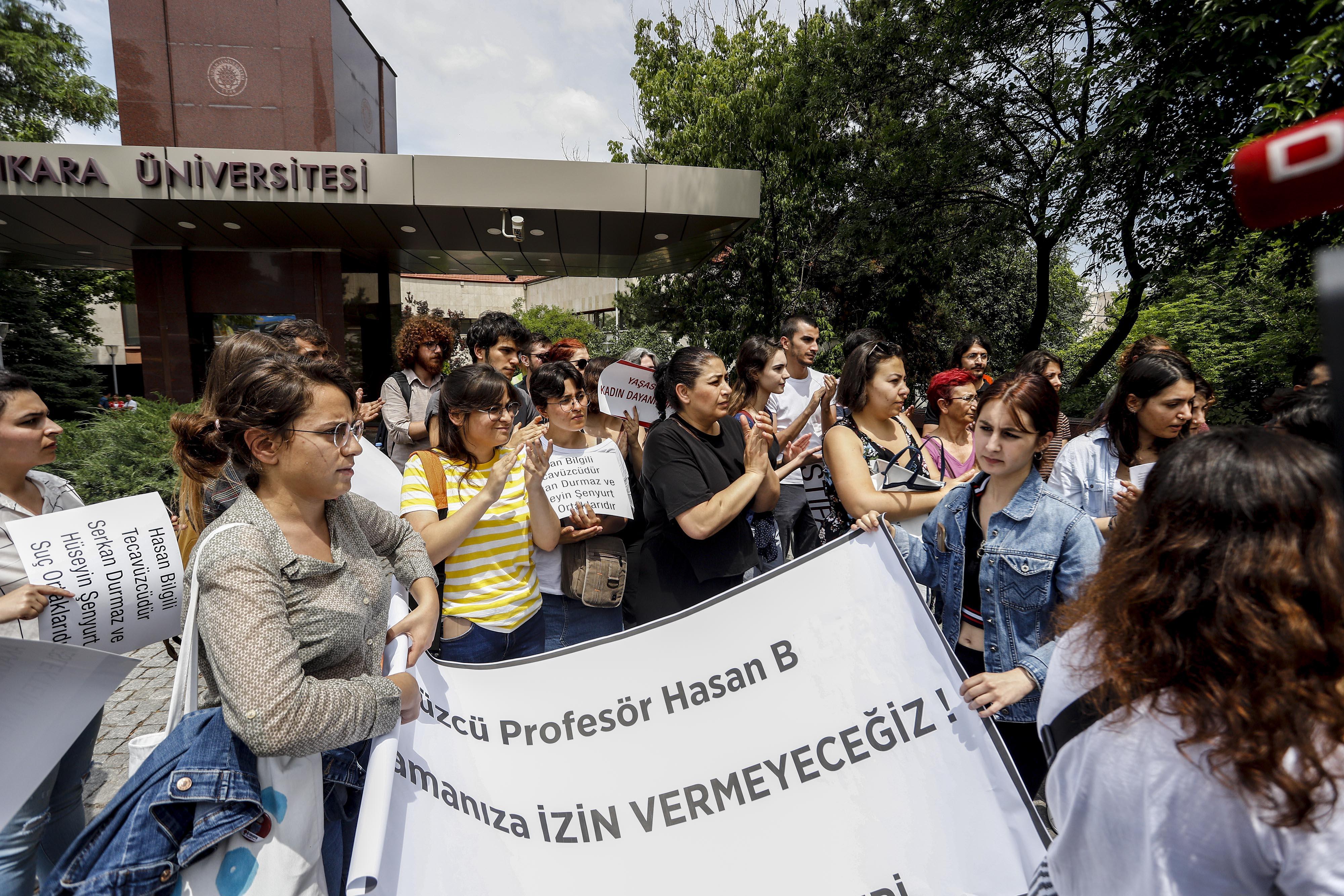Tecavüzle suçlanan profesörün tahliyesine öğrencilerden tepki