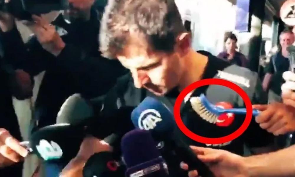 Emre Belözoğlu'na uzatılan tuvalet fırçasının nedeni ortaya çıktı!