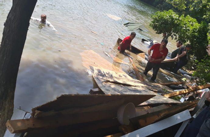 Çardak çöktü, vatandaşlar göle düştü: İşte o anlar…