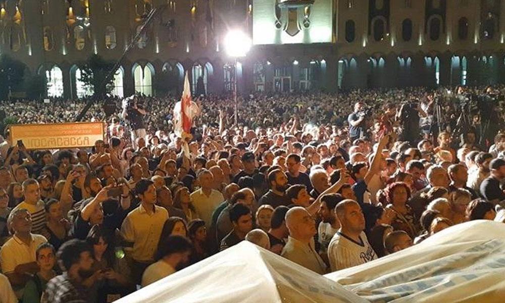 Gürcistan'da protestocular parlamentoyu kuşattı… İçişleri Bakanlığı: Darbe girişimi
