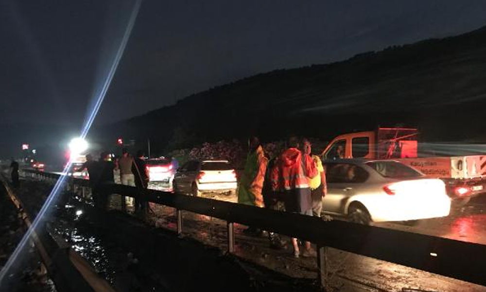 İzmir-Manisa yolu heyelan nedeniyle trafiğe kapandı