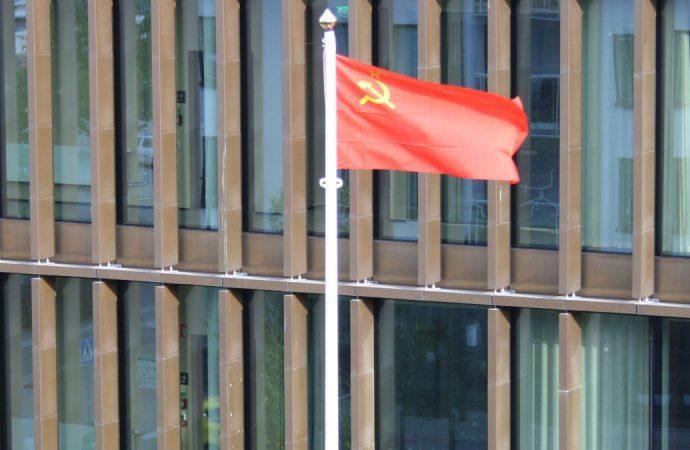 İsveç'te belediye binasına, Sovyetler Birliği bayrağı asıldı