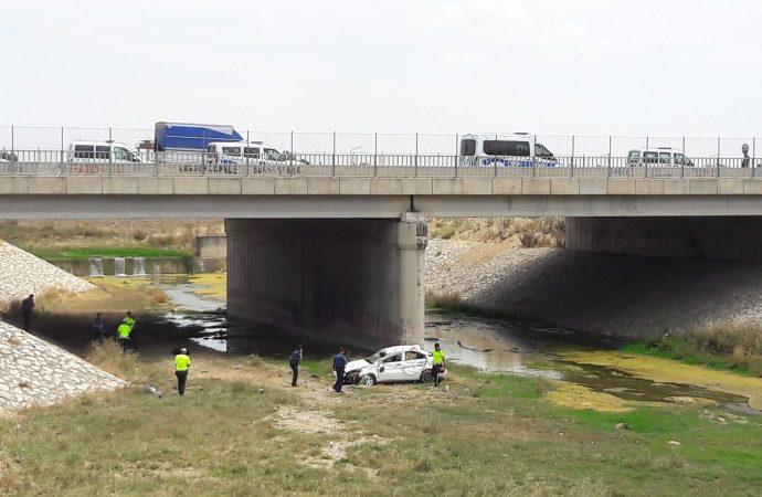 Otomobil, kanala uçtu: 1 ölü, 4 yaralı