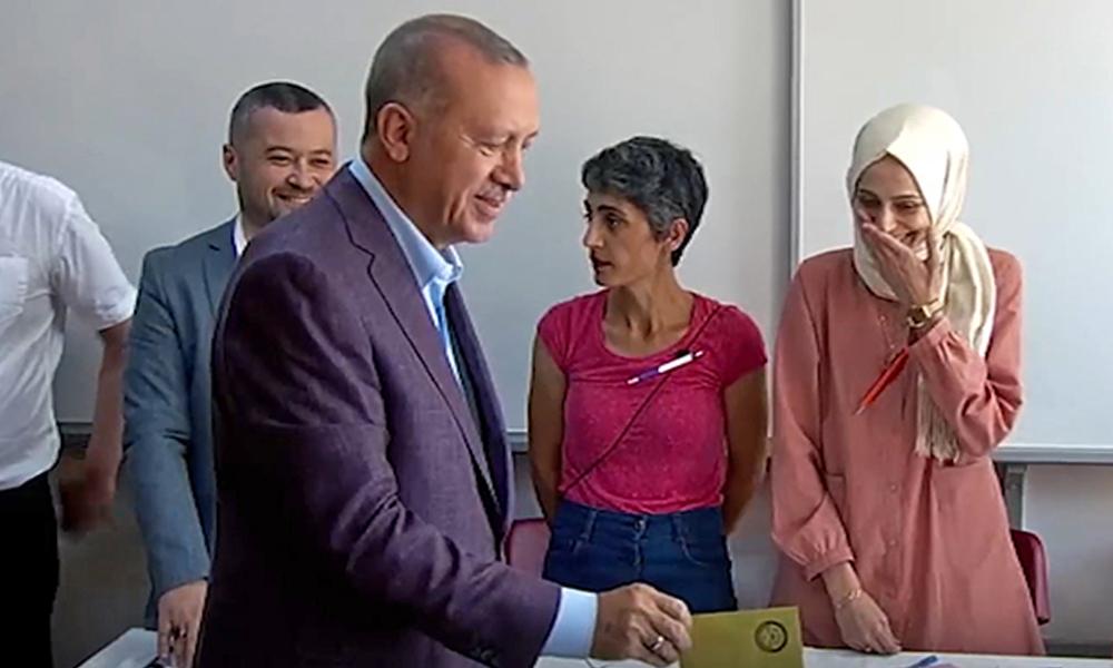 Erdoğan'a yüzüne çeviren sandık görevlisi: Dünyaya 180 derece farklı baktığım bir insanla aynı karede…