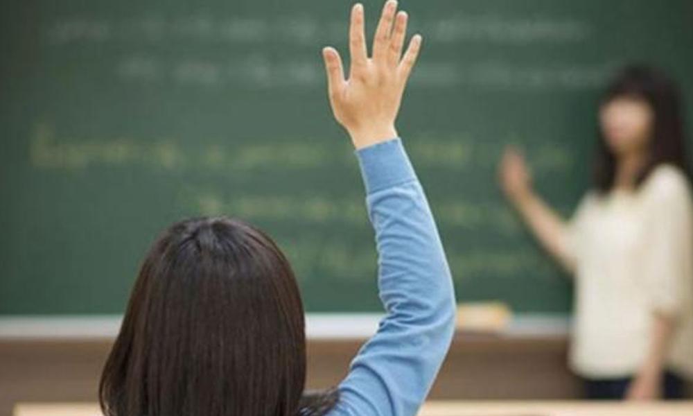 Ezan okunurken camı kapatan öğretmene sürgün!