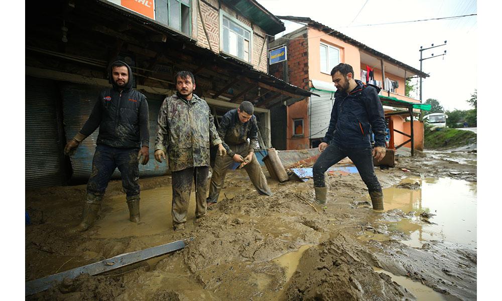 Düzce'de sel sonrası toprak kayması… Ev ve işyerleri tahrip oldu
