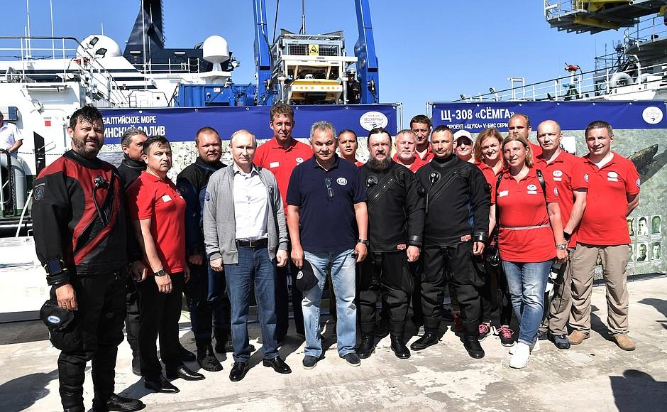 Putin, batık denizaltıyı inceledi