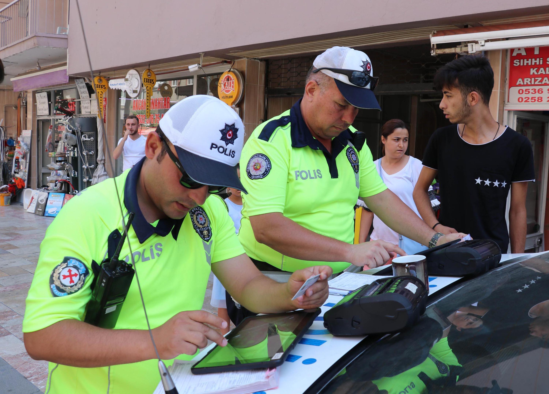 Ceza yiyen yayadan trafik polisine: Hayırdır, bayram harçlığı mı çıkarıyorsunuz?