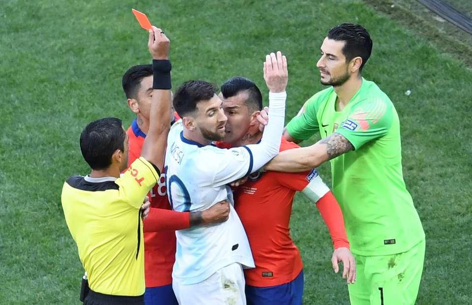 2019 Copa America'da Lionel Messi, Gary Medel arasında büyük gerilim