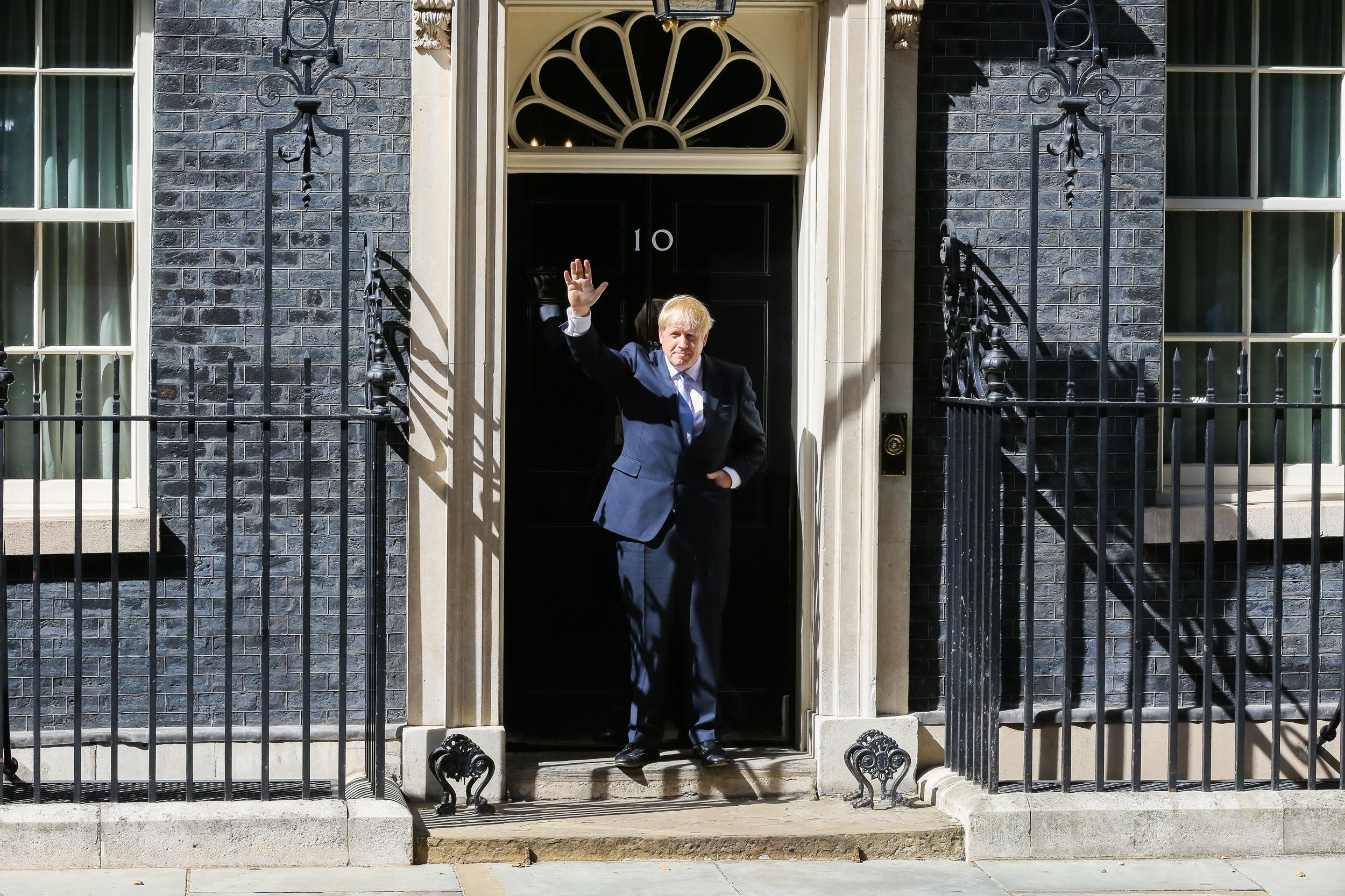 Peçe takan kadınları posta kutusuna benzeten Boris Johnson'dan özür