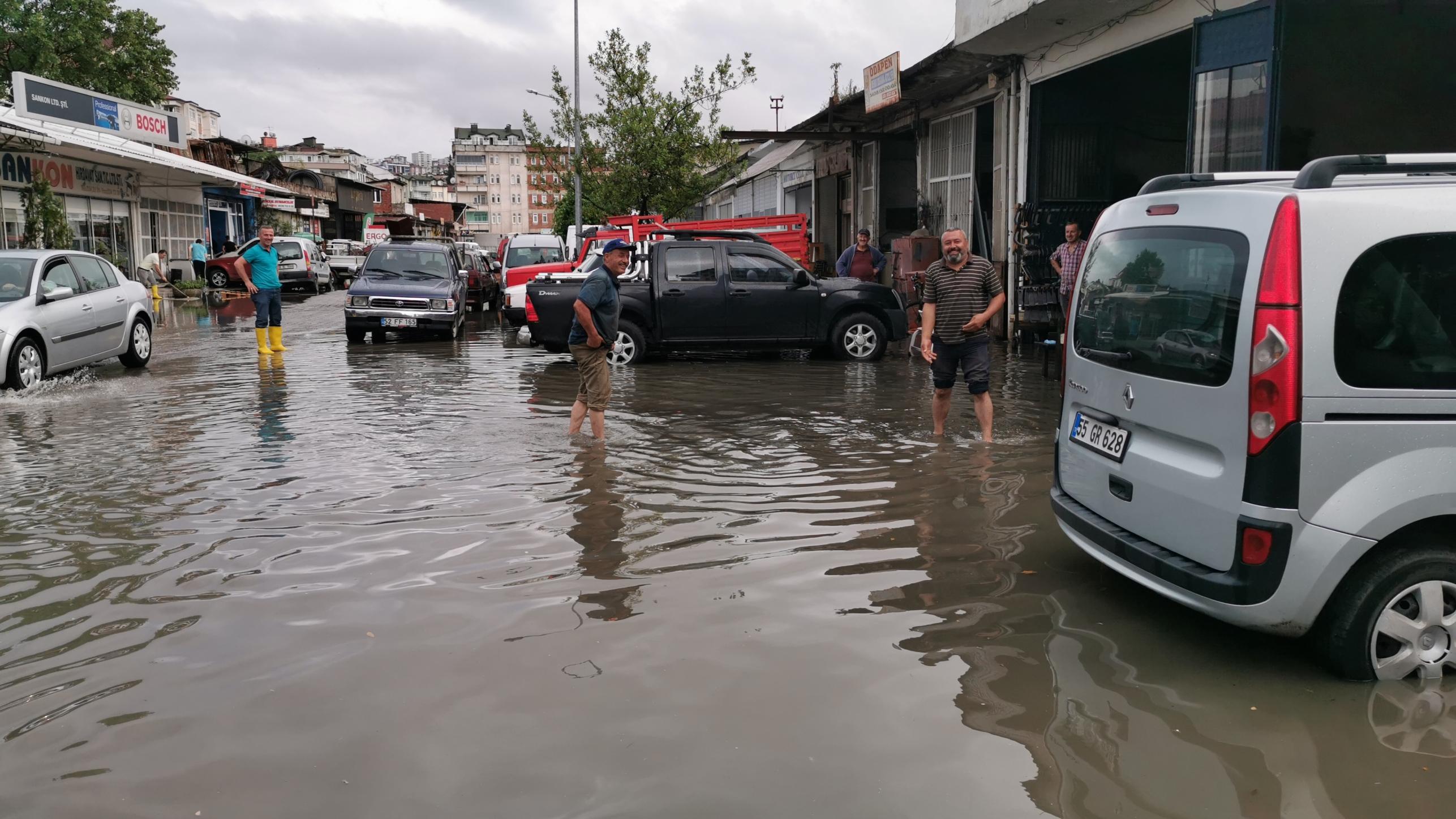 Ordu'da sağanak… Caddeler göle döndü, iş yerlerini su bastı