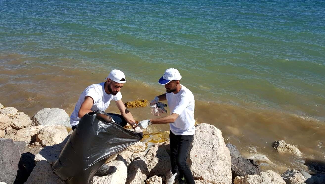 Üniversite öğrencileri Van Gölü sahilinde çöp topladı