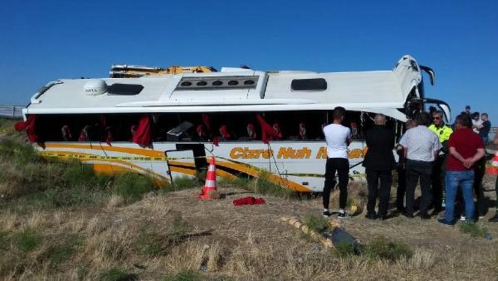 Aksaray'da yolcu otobüsü devrildi, 15 yaralı