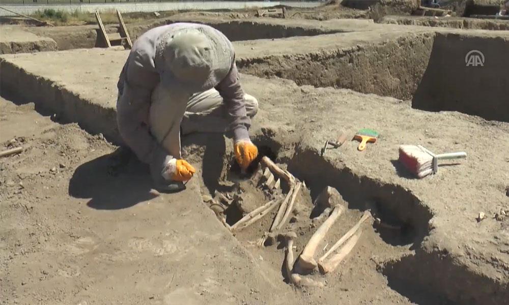 Van'da kafası olmayan bacakları yana çekilmiş 2 bin 700 yıllık kadın iskeleti bulundu