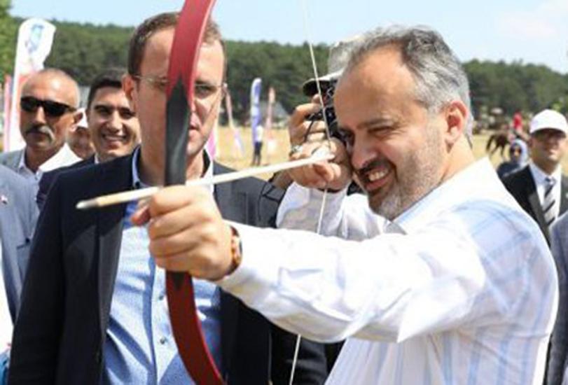 AKP'li Bursa Belediye Başkanı'na göre 30 Ağustos'ta ücretsiz ulaşıma gerek yok, cirit ve okçuluk şenliğine var