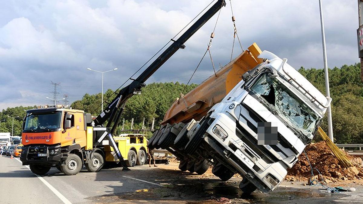 Kamyon devrildi, D-20'de trafik kilitlendi!