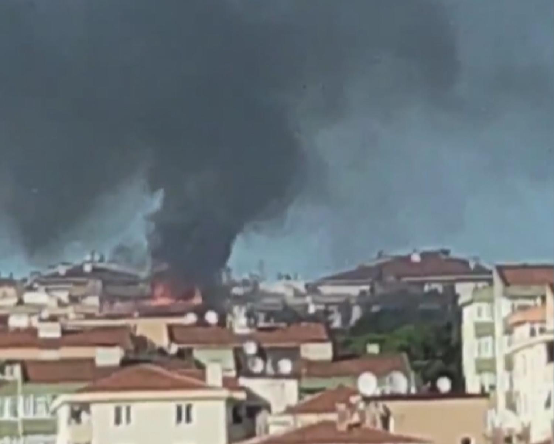 Üsküdar'da beş katlı binanın çatısında yangın!