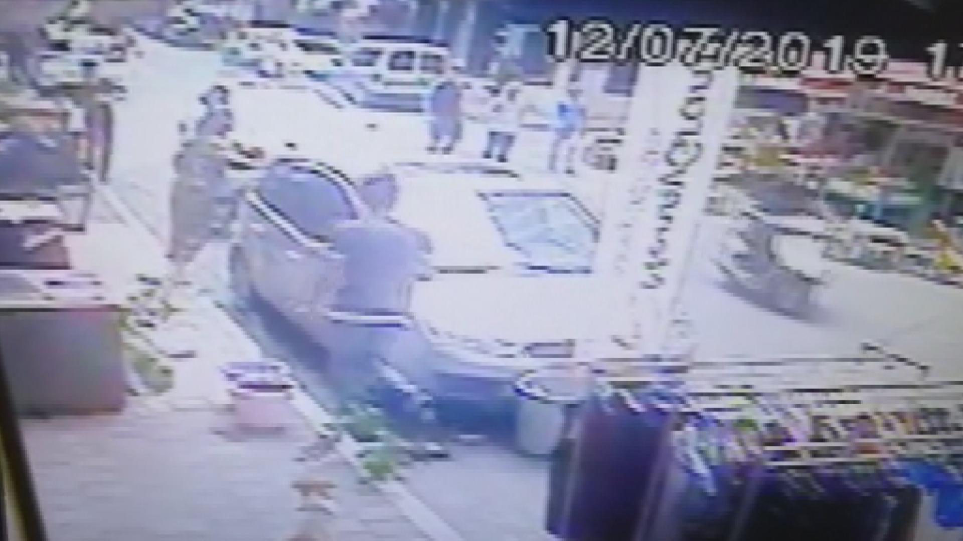 Fatih'te park kavgası… Dükkanının önüne park ettirmeyen kuaförü vurdu