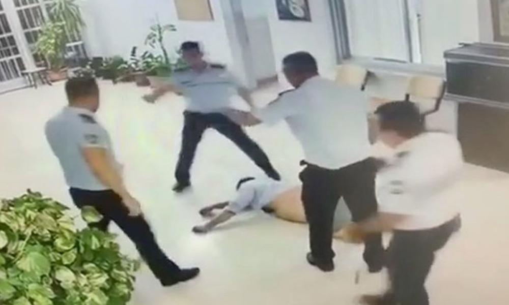 Polis, havalimanında dehşet saçtı… Turisti önce yerde sürükledi sonra tekmeledi
