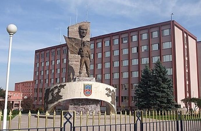 Jandarma Türk Bayrağını ve Atatürk heykelini kaldırdı