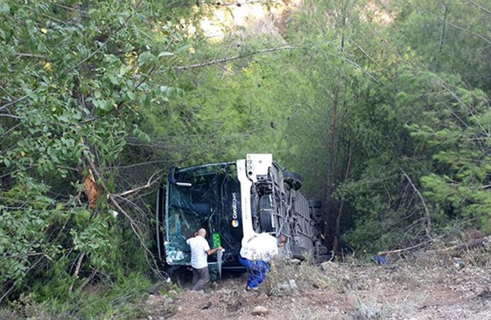 Kemer'de turistleri taşıyan otobüs devrildi: 2'si ağır 41 yaralı