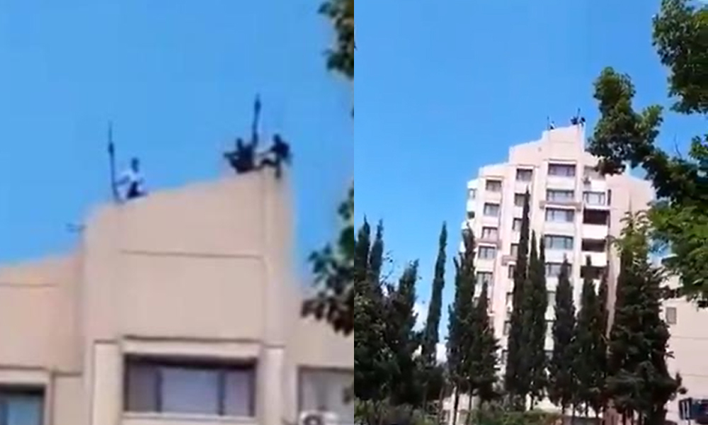 Maaşını alamayan işçiler son çare çatıya çıktı…