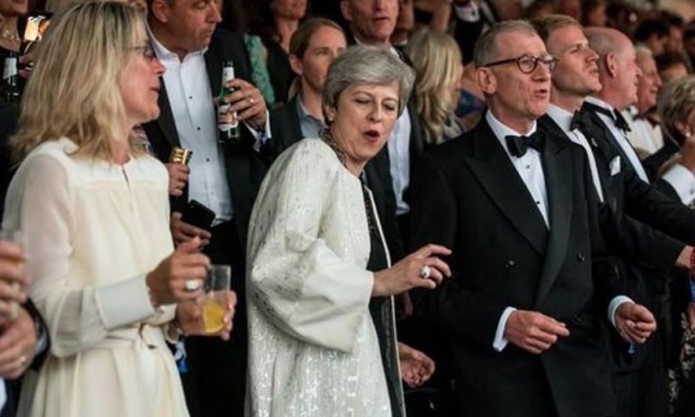 Başbakanlığının son günlerini yaşayan Theresa May'in dansı sosyal medyaya damga vurdu
