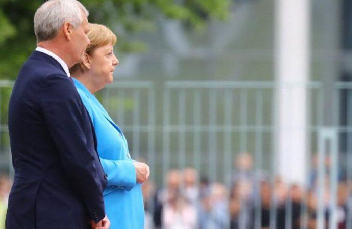 Almanya lideri Merkel bir kez daha kameralar önünde titredi! İşte o anlar…