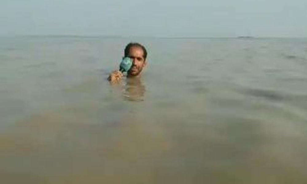 Suyun içinde haber sundu… Sadece kafası dışarıda