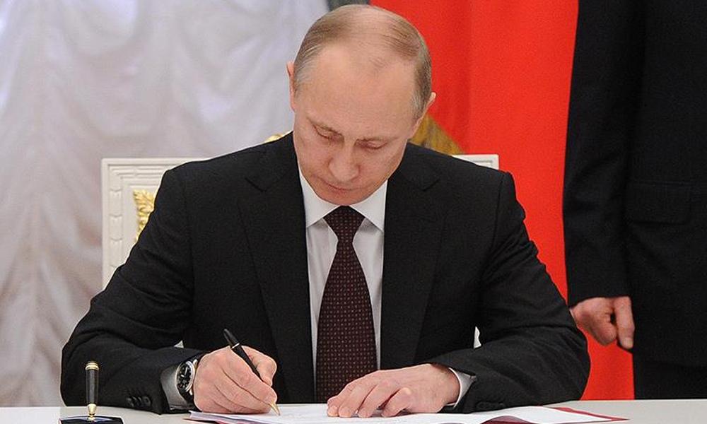 Putin, onayladı: Rus yazılımına sahip olmayan telefon ve bilgisayarların satışı yasaklandı