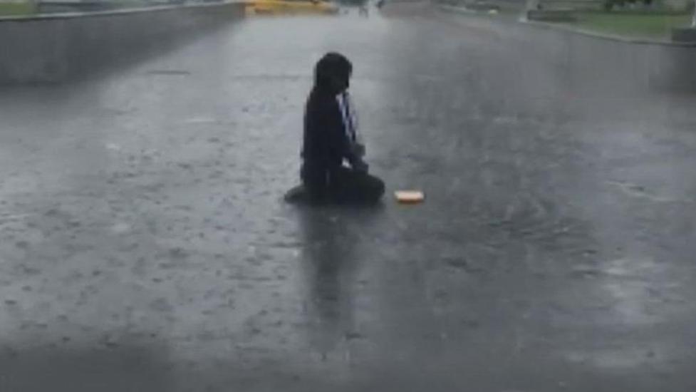 İstanbul'da bir anda bastıran sağanak yağışta herkes kaçtı! O ise…
