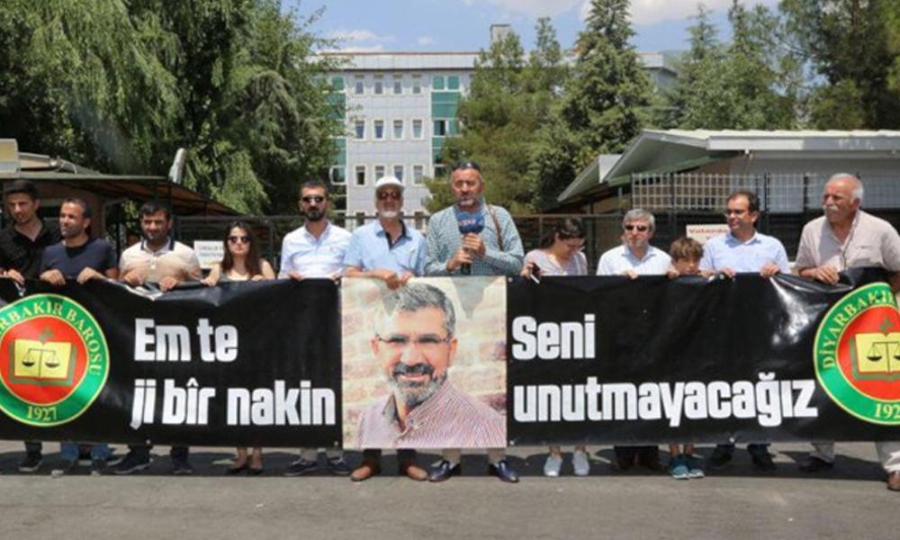Diyarbakır Adliyesi önünde 'Tahir Elçi İnsan Hakları Kürsüsü': Türkiye avukatlar ve gazeteciler için…