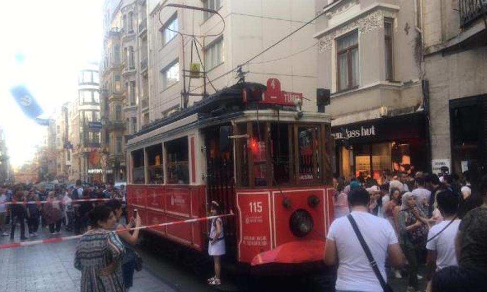 Beyoğlu'nda nostaljik tramvayın elektrik kablosu koptu; seferler durdu