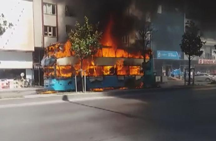 İstanbul'da çift katlı özel halk otobüsünde yangın!