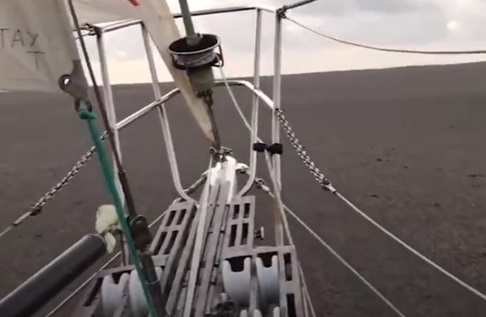Ponza taşlarından oluşan 150 kilometrekarelik kütle Pasifik Okyanusu'nda ilerliyor