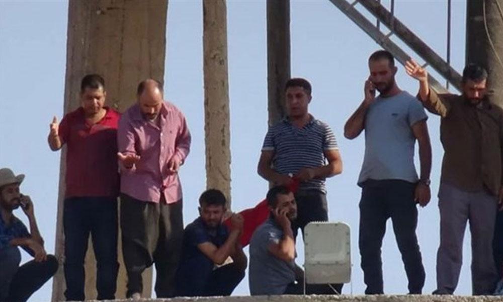 Belediye'nin işten çıkardığı işçiler, su kulesine tırmanarak kararı protesto etti