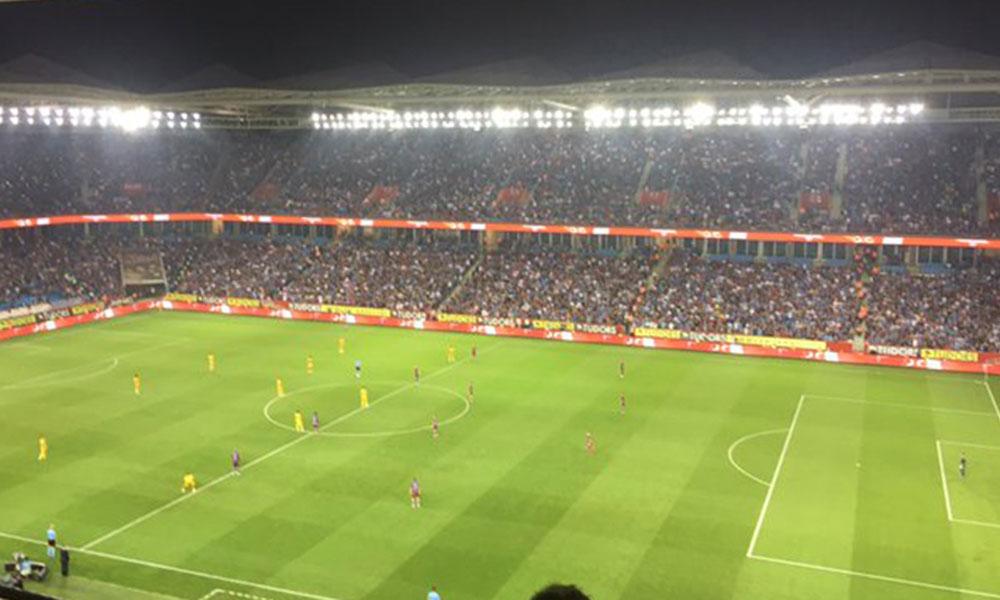 Emine Bulut için yapılan saygı duruşu sırasında üçlü çeken Trabzonspor taraftarlarından açıklama