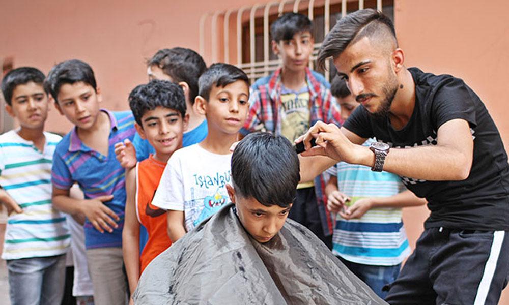 19 yaşındaki genç maddi durumu yetersiz olan ailelerin çocuklarını ücretsiz tıraş ediyor