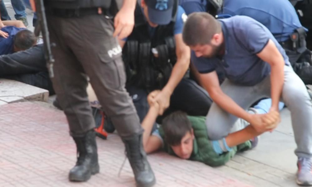 Polis, 12 yaşındaki çocuğu yere yatırarak ters kelepçeyle gözaltına aldı