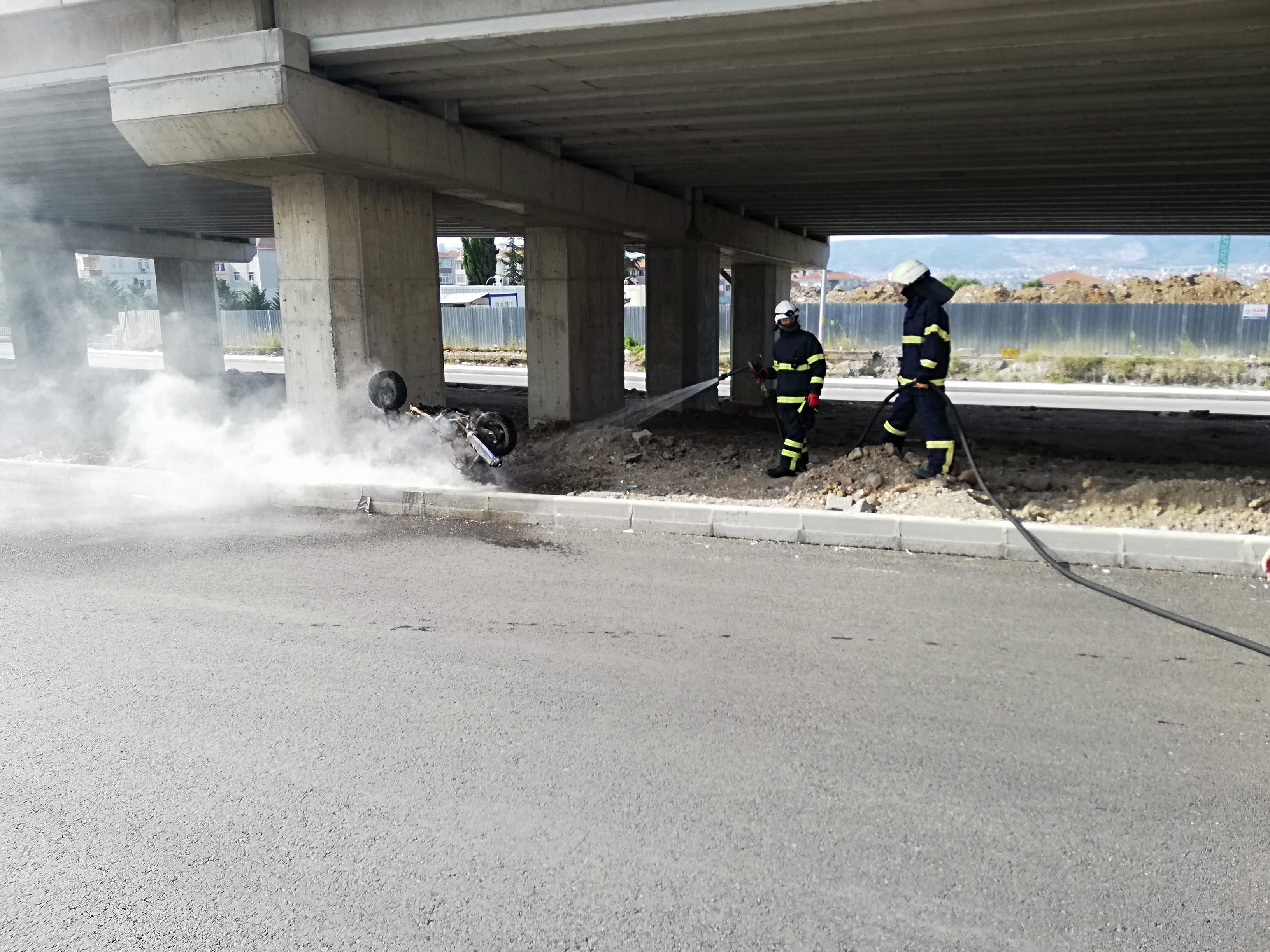 Arızalanan motosikletini ateşe verdi
