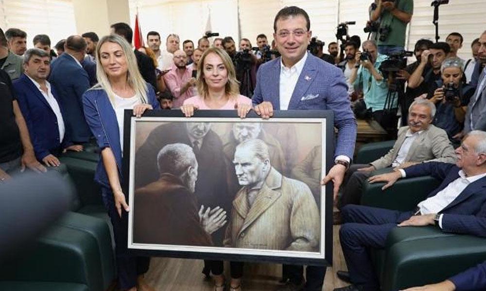 İmamoğlu Diyarbakır'da: Kayyum darbesiyle görevden alınan HDP'li belediye başkanına, valinin İBB'den indirdiği Atatürk portresini hediye etti