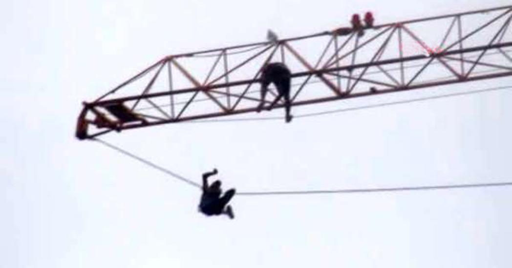 Parasını alamayan işçi, 50 metrelik vince çıkarak eylem yaptı