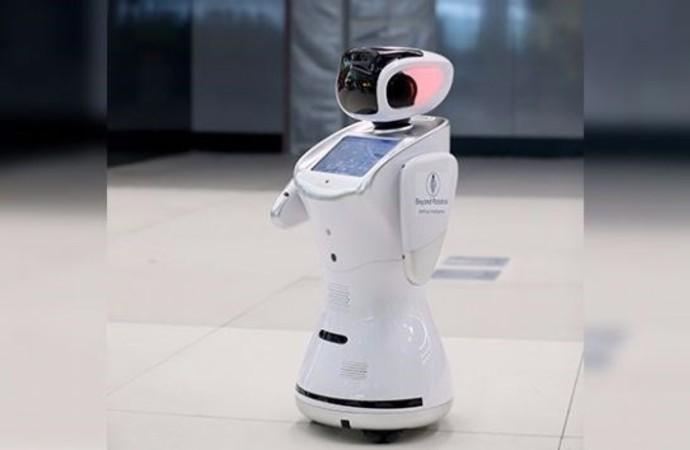 Havalimanı'nda robotlar hizmet vermeye başladı
