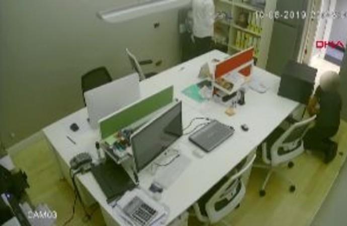 Çalıştığı iş yerini çilingir çağırıp soydu, hırsızlık anı kameralara yansıdı