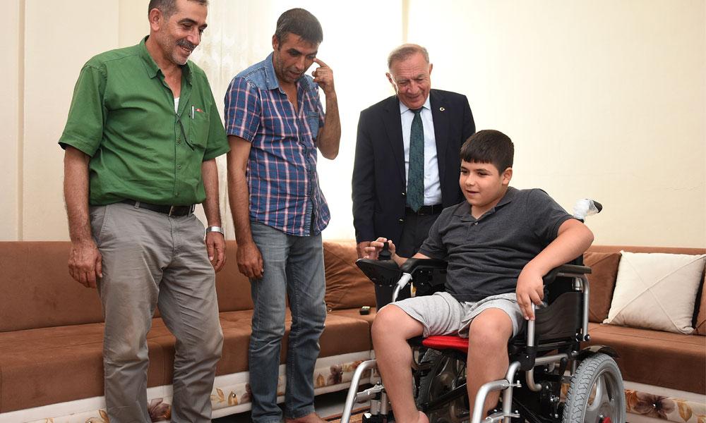 Seyhan Belediye Başkanı Akay'dan fiziksel engelli çocuğa tekerlekli sandalye hediyesi
