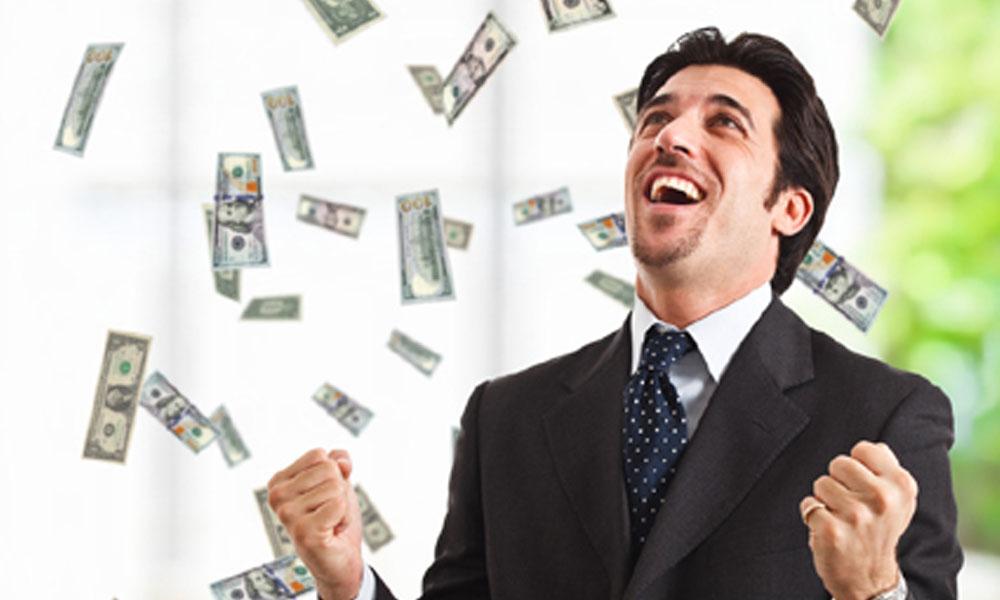 Taksim de iş insanı 'Bizler için, dünya için' deyip havaya para saçtı