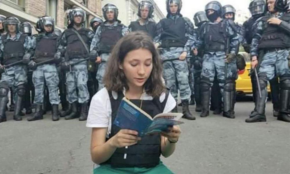'Cesur yürek' Genç kadın polisin karşısında Anayasa okudu!