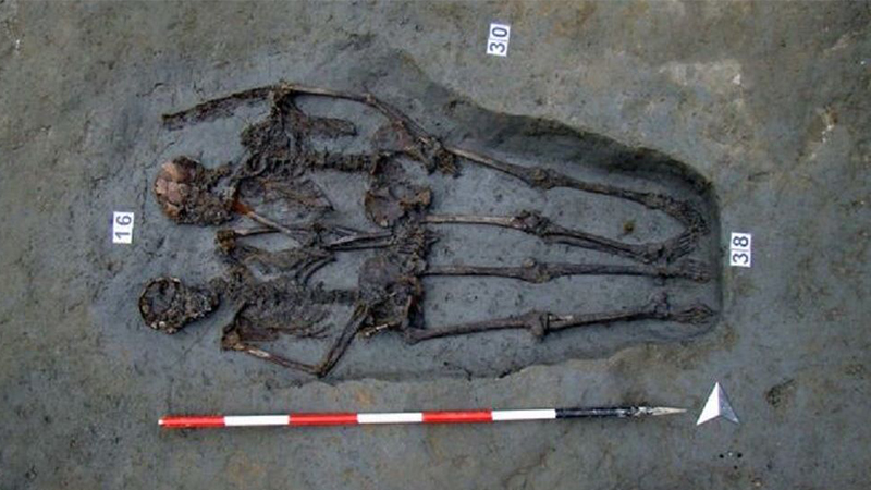 Meşhur el ele tutuşan aşıkların iskeletleri, iki erkeğe ait çıktı
